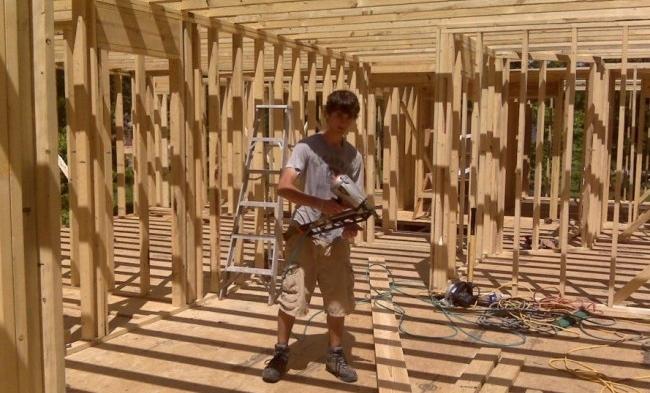 - . Drew, bé lớn thứ hai, vẽ bản thiết kế nhà và bắn đinh.