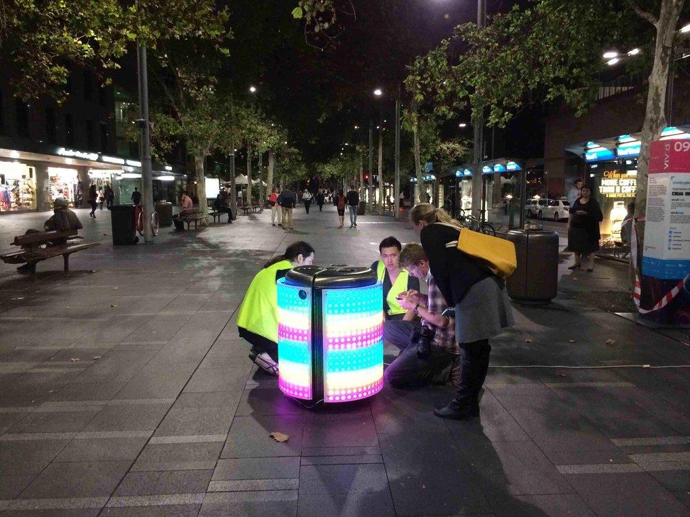 - Ý tưởng thì đơn giản nhưng công nghệ thì không. Bai cùng bạn mình là Sam Johnson cùng nhau chế tạo mô hình với 300 đèn LED tại mỗi cạnh của thùng rác.