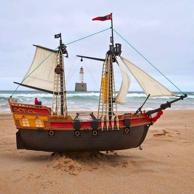 - Chiếc thuyền được đặt tên Adventure, nghĩa là Phiêu lưu, và bắt đầu hải trình của mình sau đó.