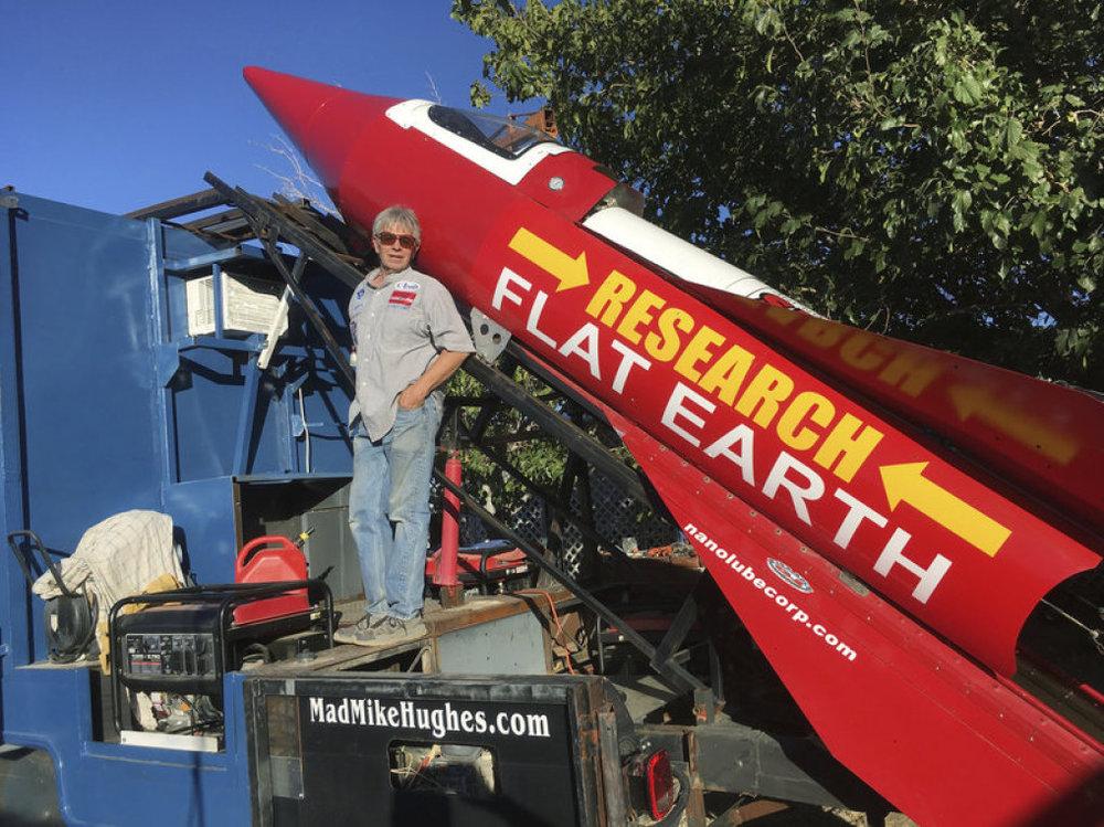 Ảnh: Mike Hughs đứng bên chiếc tên lửa tự chế. Nguồn: npr.org
