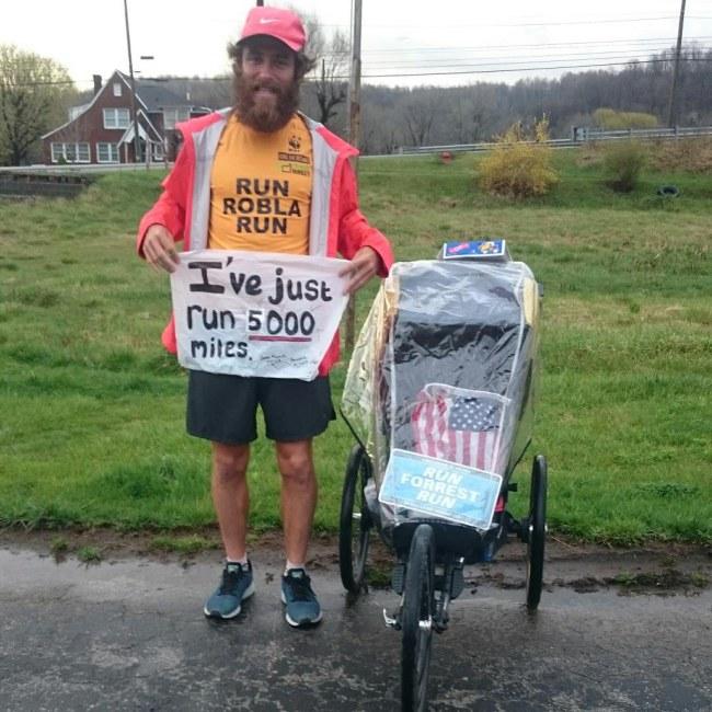 - Anh đã chạy được 5,600 dặm, gây quỹ được 11,203.91USD và chưa hề có ý định dừng lại.