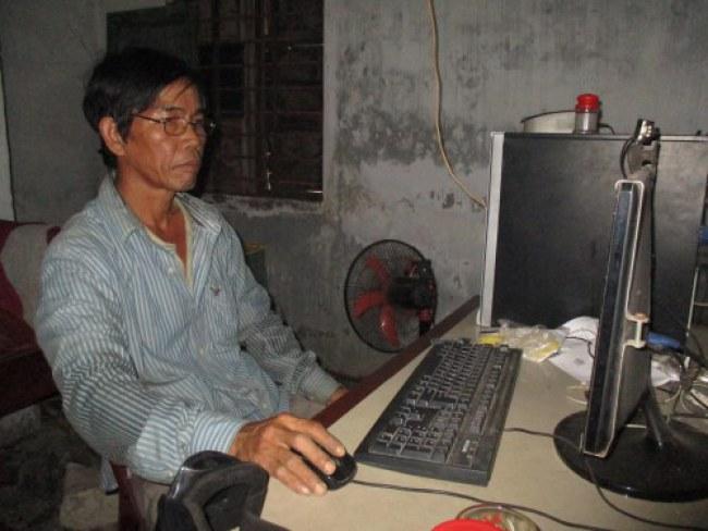 Dù đã ngoại ngũ tuần nhưng ông vẫn sử dụng thành thạo máy tính để thiết kế bản vẽ. Ảnh: Nhật Tuấn