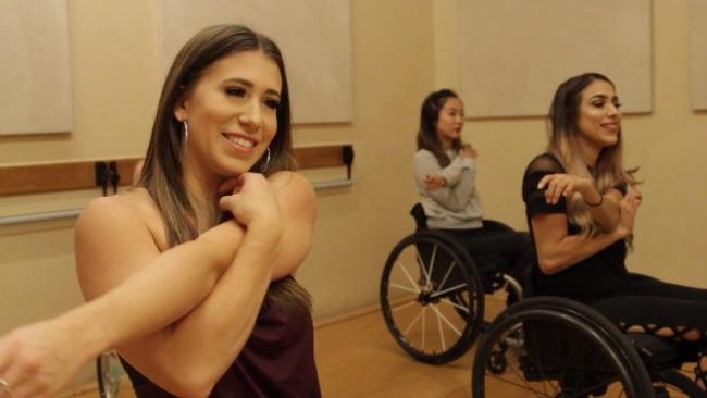 - Cô ấy bắt đầu tổ chức lớp học nhảy, nhưng khi biết nhiều người không thể đến tham dự được, cô suy nghĩ về việc hướng dẫn qua video trực tuyến.