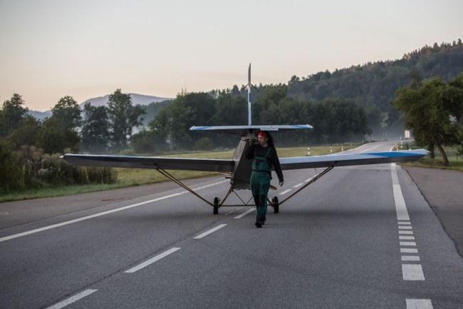 - Chiếc máy bay chiếm khoảng 4 chỗ để đậu ô tô, tuy nhiên đồng nghiệp của ông ấy cũng không bận tâm đến điều đó lắm.