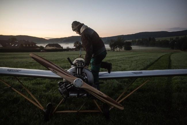 """- """"Với chiếc máy bay này, tôi chỉ mất khoảng 4-5 phút nếu tôi bay theo đường thẳng, nhưng tôi phải bay vòng để tránh làm phiền mọi người lúc sáng sớm nên mới hết 7 phút"""", ông nói với Reuters."""