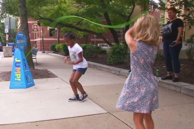 - Gần đây, nhiều ý tưởng tương tự cũng được thực hiện như chơi bóng bàn ngoài trời tại Vancouver hay vỉa hè dành cho người dân sáng tạo nghệ thuật... Nào, hãy nhảy lên cho đường phố thêm vui!