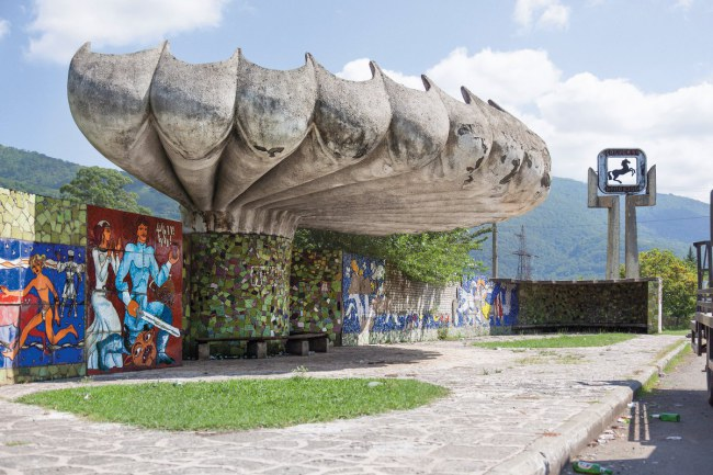 - Một bến xe buýt với những họa bích công phu và cầu kì tại Pitsunda, Abkhazia thuộc Liên Xô cũ.