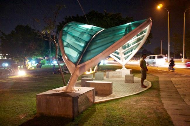 - Bến xe buýt sáng tạo độc đáo tại Battaramulla, Colombo. Vào buổi tối hệ thống đèn chiếu được thiết kế chiếu sáng rất đẹp làm nổi bật hình chiếc lá xanh che đầu cho người chờ xe.