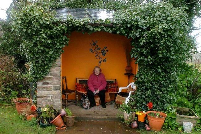- Một trạm xe buýt khác, xanh tươi và gần gũi như ngôi nhà nhỏ cho người đón xe, tại thành phố Cornwall nước Anh.