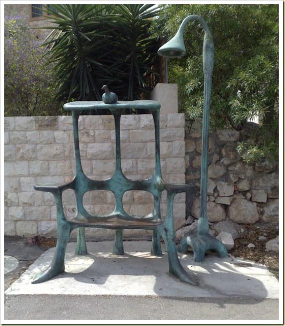 - Trạm chờ xe buýt cực kì đặc biệt tại Yemin Orde, Israel. Chỉ có 2 chỗ ngồi có phần cũ kĩ, tuy nhiên dân trong vùng rất yêu thích trạm chờ này.
