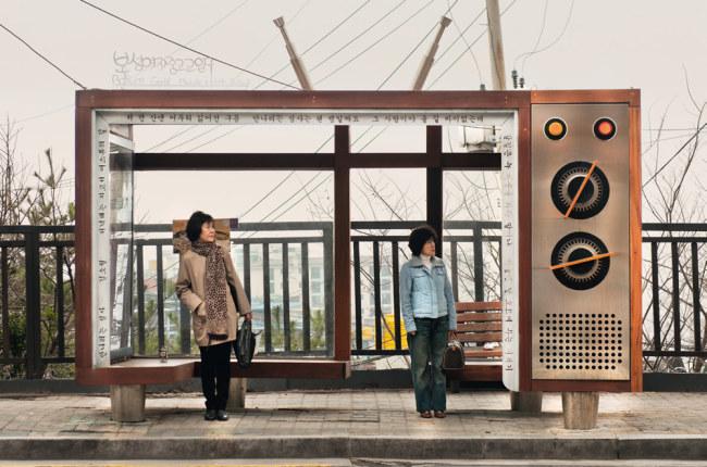 - Trạm xe buýt hình chiếc đài catset cổ tại Hàn Quốc. Vì cổ nên các nhà sáng chế quyết định không lắp hệ thống âm thanh để 'đài' phát, mà chỉ để trưng bày như một cổ vật.