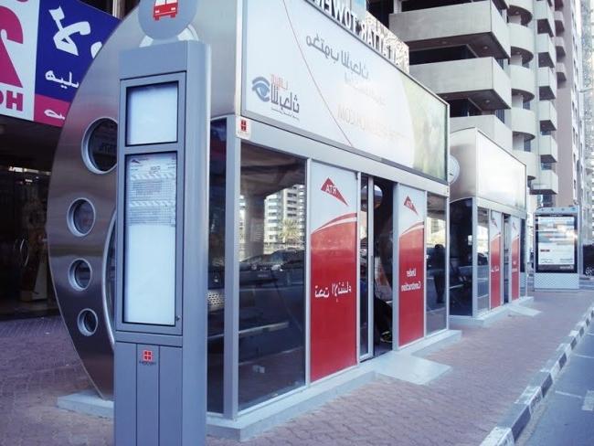 - Một trạm buýt hiện đại tại Dubai, được lắp kính kín và chạy điều hòa cho người dân đỡ mệt mỏi trước cái nắng vùng sa mạc khi ngồi chờ xe.