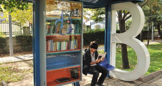 - Trạm xe buýt 'thư viện' rất thú vị ở Istanbul, Thổ Nhĩ Kỳ.