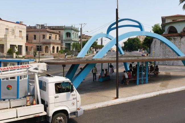 - Một bến xe buýt hình xe hơi cổ ở Havana, Cuba. Tuổi đời của bến xe này có lẽ cũng không thua kém nhiều so với tuổi đời của chiếc xe cổ nó được mô phỏng theo.