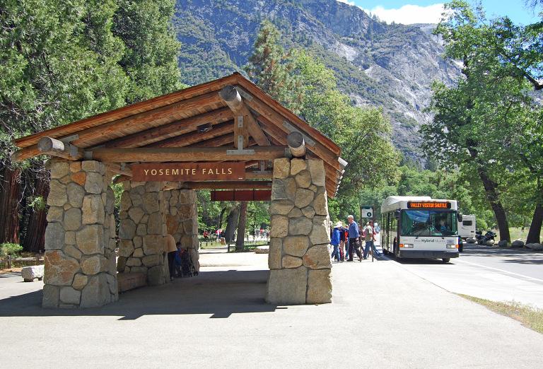 - Cuối cùng trong danh sách là bến xe buýt độc đáo khu vực thác Yosemite xinh đẹp. Bến xe được xây dựng từ các chất liệu tự nhiên với kiểu dáng đơn giản để hòa mình vào không gian trong lành và khung cảnh thiên nhiên tươi đẹp xung quanh (bang California, Hoa Kỳ).