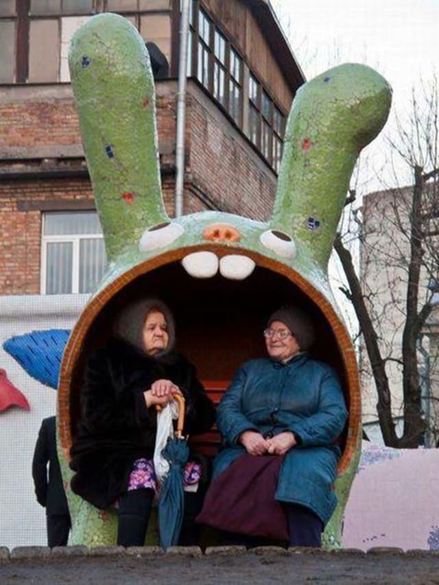 - Trạm xe bus hình đầu thỏ ở Nga, tuổi đời đã nhiều chục năm nhưng vẫn rất ấm áp và dễ thương.