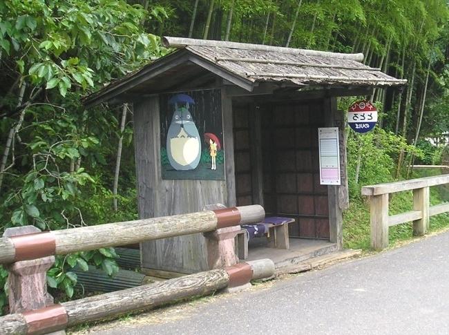 - Một bến xe buýt của Nhật Bản theo phong cách 'hướng về thiên nhiên'.