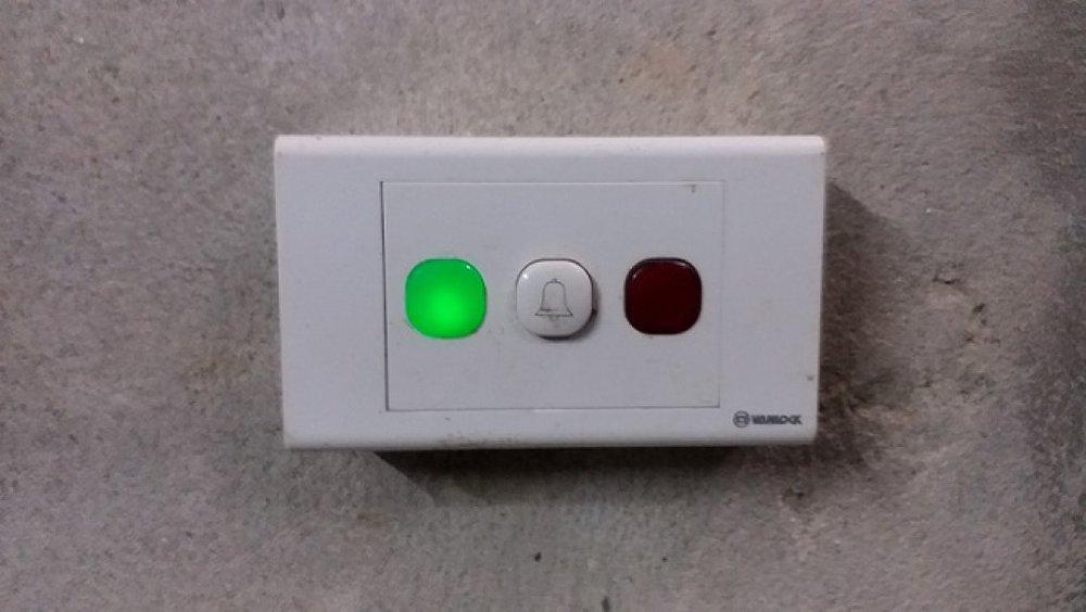 Đèn dừng lại ở màu xanh thì cửa sẽ tự động mở. Ảnh: Nhật Tuấn.