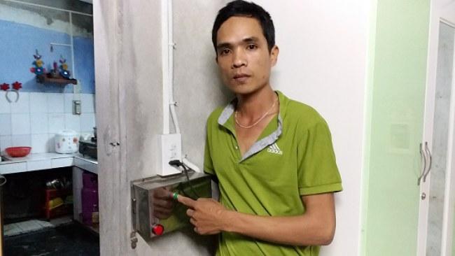 Hệ thống ổ khóa thông minh đang được anh Tín sử dụng tại phòng trọ của mình. Ảnh: Nhật Tuấn.