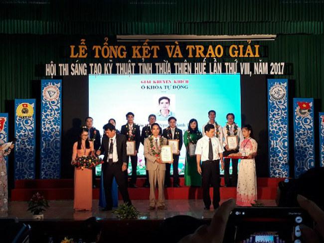 Anh Tín nhận giải thưởng tại hội thi Sáng tạo Kỹ thuật tỉnh Thừa Thiên Huế lần thứ 8 năm 2017. Ảnh: Nhật Tuấn.