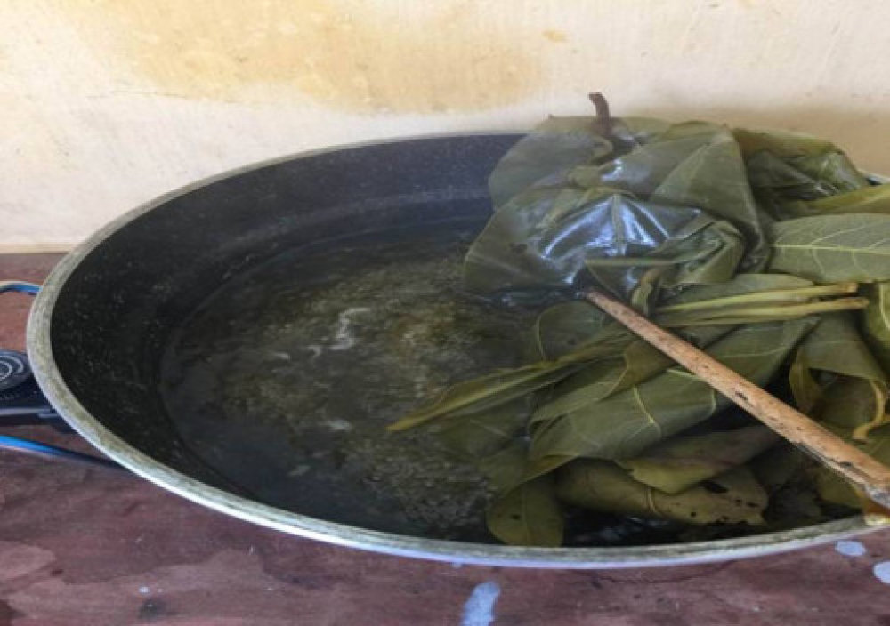 Nấu lá bàng trong nước. Ảnh: Nhân vật cung cấp