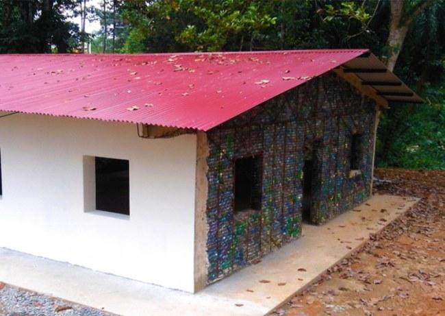 - Một ngôi nhà lớn được xây dựng theo thiết kế của Bezeau cần khoảng 20,000 chai nhựa.