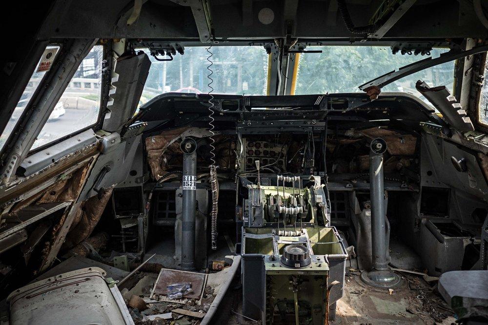 Một buồng lái bỏ không bị tháo gần hết thiết bị.