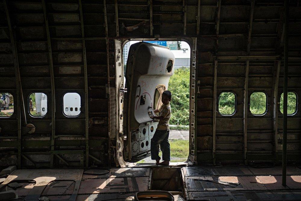 Hầu hết mọi thứ có giá trị đã bị gỡ bỏ khỏi máy bay, từ những chiếc đèn cho tới cửa kính.