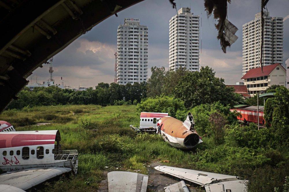 Bao bọc xung quanh những mảnh vụn máy bay là rất nhiều nhà cao tầng và căn hộ cao cấp.