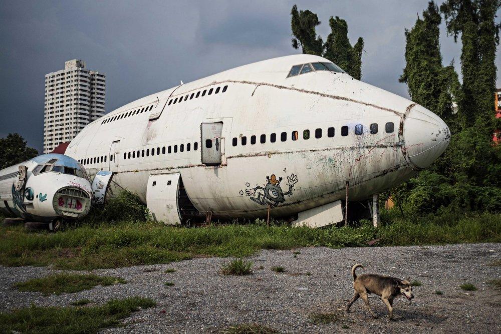 """Bãi đất trồng trên đường Ramkhamhaeng phía Đông thành phố Bangkok được gọi là """"Nghĩa trang dành cho máy bay""""."""