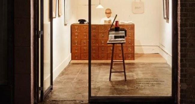- Quay mặt ra ngoài cửa là quầy tính tiền với một chiếc tủ gỗ nhiều ngăn kéo kiểu cổ, ở trung tâm cửa hiệu là một chiếc bàn đặt quyển sách duy nhất.
