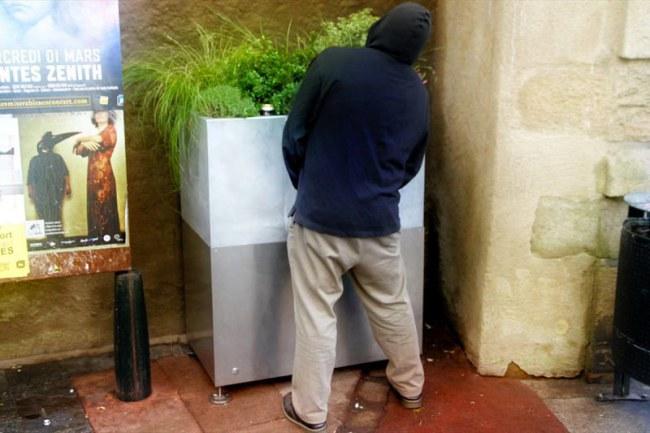 - Nhà chức trách thành phố hy vọng rằng đặt những chiếc hộp ngay trên đường phố sẽ là một phương án khả thi để giảm việc các anh chàng tiểu tiện ở bất kỳ chỗ nào, đặc biệt vào ban đêm khi các anh chàng đã có men trong người.