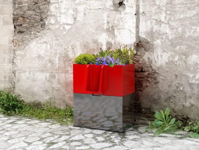 - Mỗi hộp đều được sơn màu đỏ bắt mắt, và mang hình dáng một khu vườn nhỏ với rất nhiều cây xanh và hoa trồng trên đó. Chúng tạo thành những vật trang trí sinh động cho đường phố.