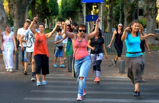 - Họ lắp thêm một đèn hiệu 'Nhảy' khi đèn dành cho người đi bộ bật lên, vậy là xong, mọi người có thể tự do nhún nhảy, trình diễn những điệu nhảy tùy thích lúc đi qua đường.