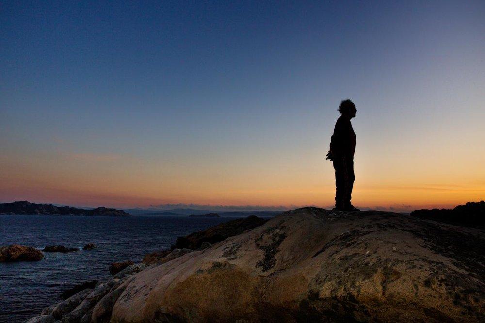 - Vì thế, ông thường giải khuây bằng những suy nghĩ nội tâm của mình trên bờ biển vắng lặng chỉ có tiếng sóng gió điểm vào thinh không.