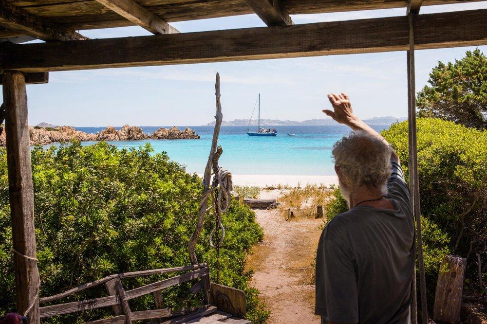 - Gần 3 thập kỉ sống một cuộc sống tĩnh tại trên đảo Budelli, nhưng mãi đến gần đây ông Morandi mới trải qua một vài sóng gió đe dọa tới sự gắn bó của ông với hòn đảo.