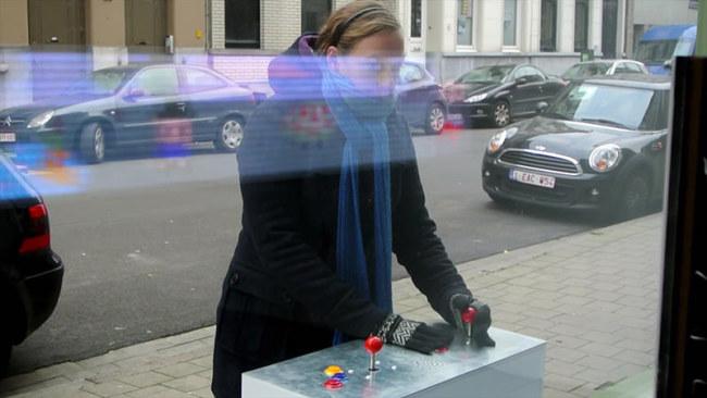 - Chiếc máy trò chơi trên cửa sổ nhà Temmerman gồm 2 cần gạt gắn vào bậu cửa trước hiên, và một màn hình nền 8 bit. Ở đó anh thiết kế trò 'chiến đấu với người ngoài hành tinh' với ba kiểu chơi (một người chơi, một đấu một, và nhiều người đấu với người ngoài hành tinh).