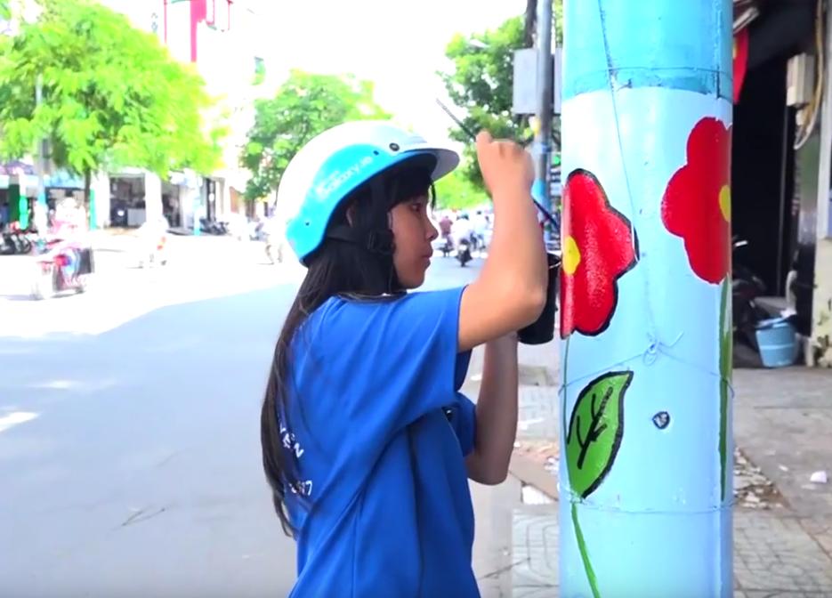 Đoàn thanh niên của 16 phường, quận 11, TP. HCM đang thực hiện chiến dịch thay áo mới cho các trụ đèn, cột điện.