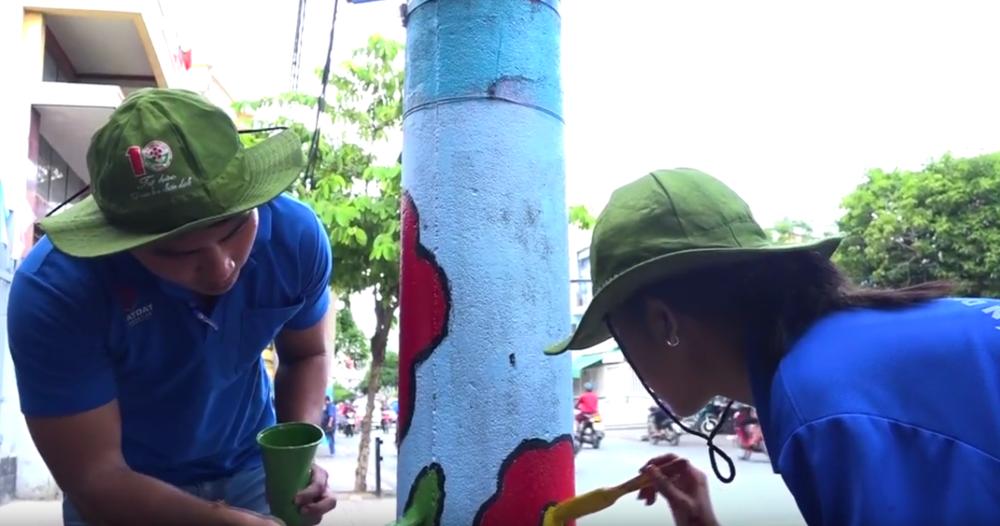 Các thanh niên tình nguyện đang sơn cột đèn trên 3 tuyến đường Bình Thới, Ông Ích Khiêm, Lạc Long Quân.
