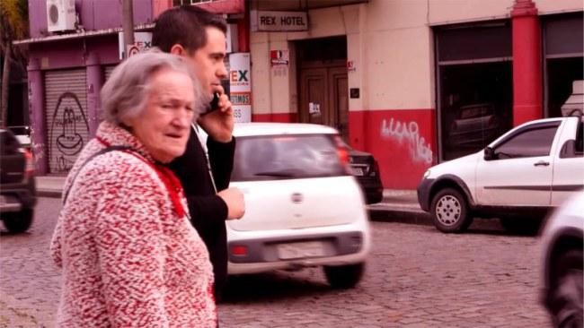 - Biện pháp của Biscoitos Zezé là giúp những người trẻ mải dán mắt vào màn hình điện thoại an toàn băng qua những nút giao nguy hiểm, và người làm điều này chính là một cụ già.