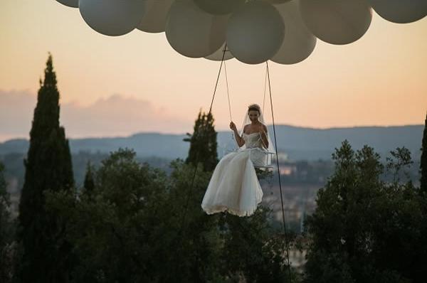 'Cô dâu bay' - Chắc hẳn không ít cô nàng đang mong được 'tiến vào lễ đài' theo cách cực kỳ ấn tượng như thế này.