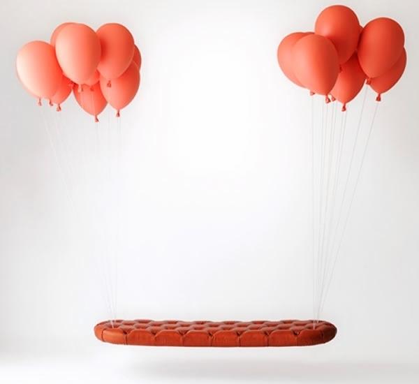 """'Ghế ảo' - h220430 - một studio từ Nhật Bản đã có ý tưởng tạo ra một chiếc ghế bay lơ lửng bằng cách gắn bóng bay ở hai đầu của ghế. Những quả bóng bay được thổi đầy khí polyethylene thực sự đã kéo được chiếc ghế bằng nhôm có tên """"Balloon Bench"""" lơ lửng trên không."""