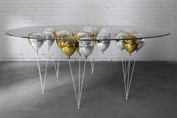Bàn ăn lơ lửng - Không thực sự bay nhưng thiết kế này của nghệ sĩ Christopher Duffy đã tạo nên ấn tượng mặt kính của chiếc bàn ăn được nâng lên nhờ các chùm bóng bay.