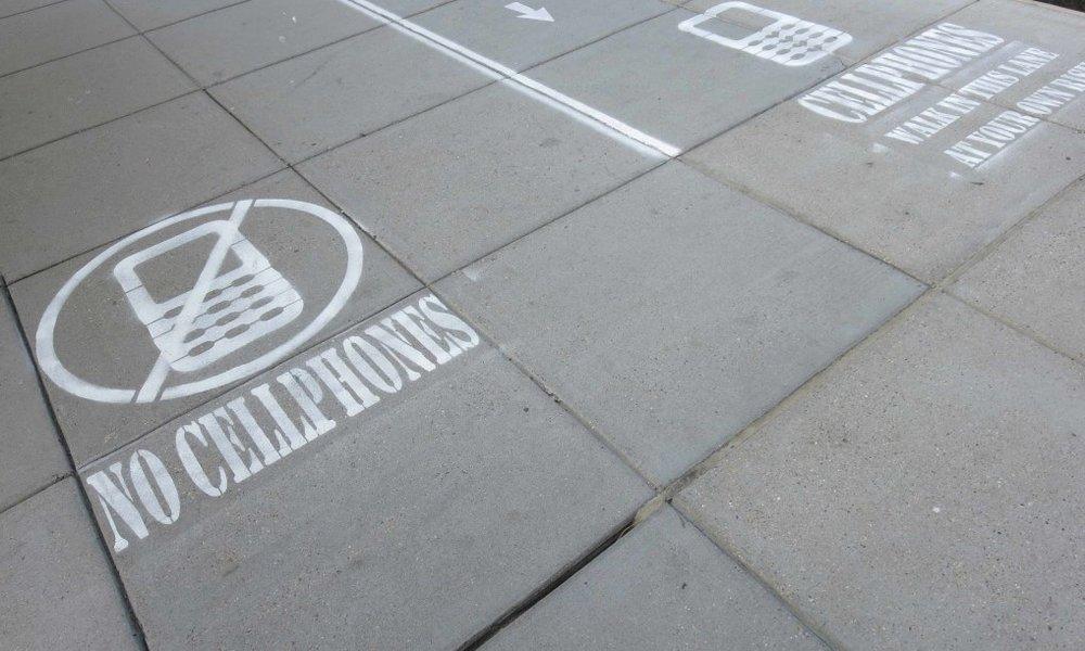 Làn đường dành riêng cho người sử dụng điện thoại -