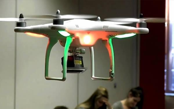 - Tại Cao đẳng Thomas More ở Antwerp (Bỉ), giáo viên sử dụng dòng máy bay không người lái (drone) DJI Phantom gắn với các camera GoPro để phát hiện các sinh viên có dấu hiệu gian lận.
