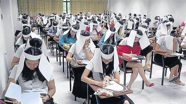 - Năm 2013, giáo viên tại Đại học Kasetsart (Thái Lan) đã nghĩ ra 'sáng kiến' bắt sinh viên phải đeo một loại khăn che mặt cho ngựa khi làm bài kiểm tra, ngăn ngừa sinh viên 'quay cóp' của bạn khác.Một bức hình ghi lại cảnh gần 100 sinh viên đeo chiếc khăn độc đáo này sau khi được đăng lên Facebook đã nhận được rất nhiều phản ứng tiêu cực, khiến phương pháp này bị loại bò.