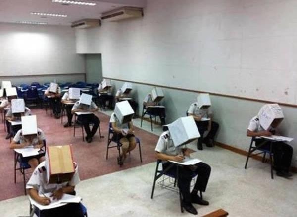 - Trung tâm Hàng không Dân dụng Thái Lan trong một nỗ lực ngăn chặn quay cóp đã bắt sinh viên phải đội hộp carton lên đầu khi làm bài.