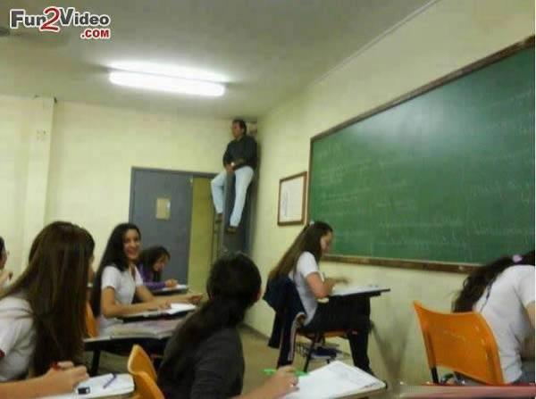 - Còn ở lớp học này, giáo viên thậm chí còn ngồi sát lên trần nhà để đảm bảo 'không chừa một ai'.