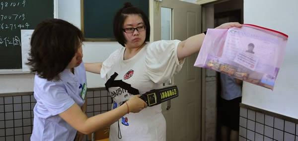 - Trung Quốc vốn nổi tiếng là nơi mà vấn nạn gian lận thi cử trở nên trầm trọng. Thế nên không có gì lạ khi một số trường đại học dùng máy dò kim loại trước khi cho sinh viên vào làm bài.