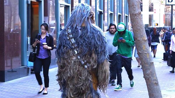 Một nhà báo khoác trang phục Chewbacca để cảnh báo người đi đường -